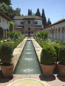Fuente_en_los_jardines_de_la_Alhambra[1]