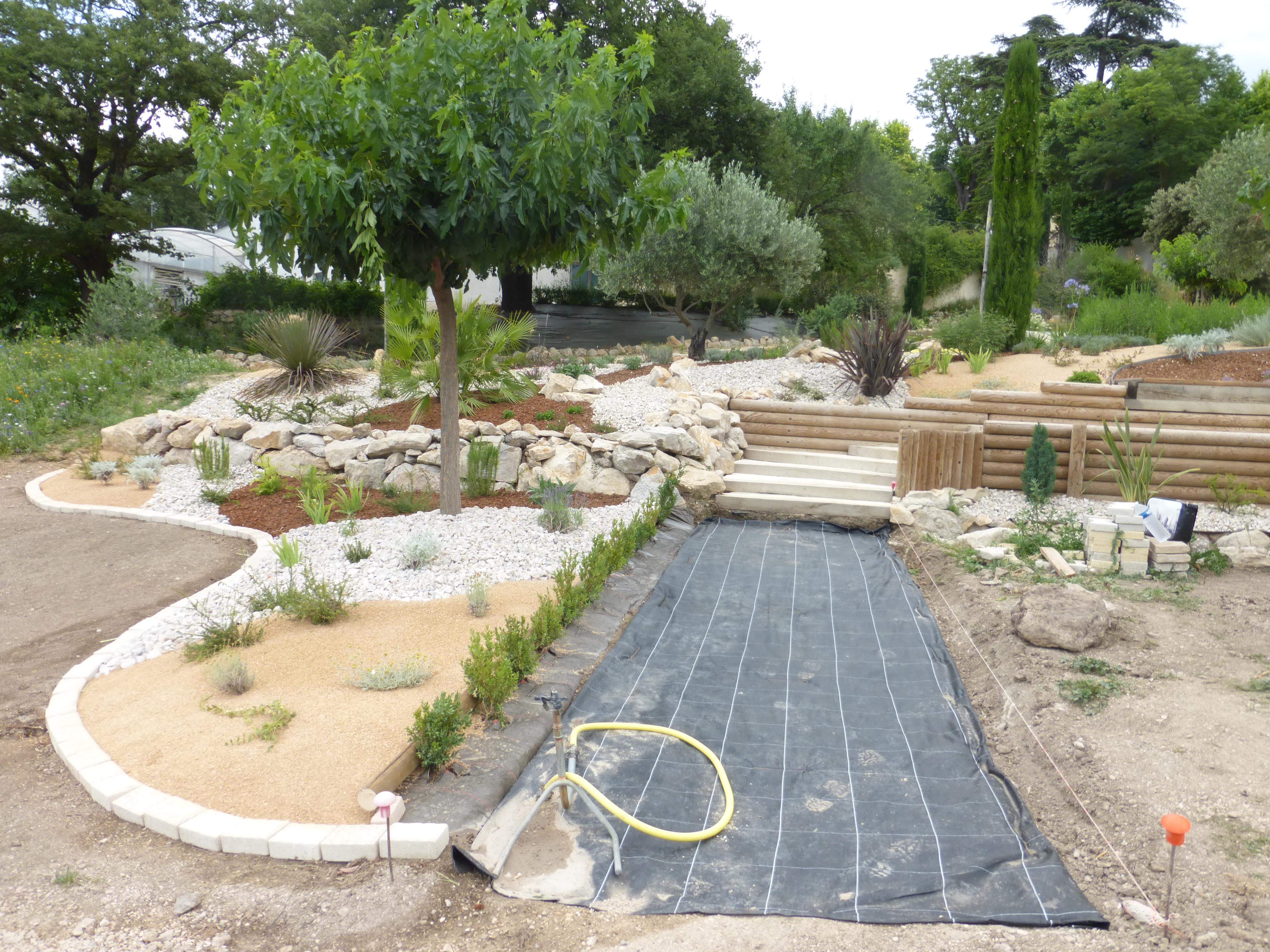 Am nagement paysager d un talus 2 la passion des jardins for Pose carrelage sur lit de sable