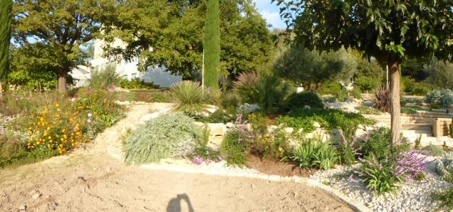 Positionnement du futur escalier situé sur la gauche entre la prairie fleurie et l'aménagement paysager déjà réalisé