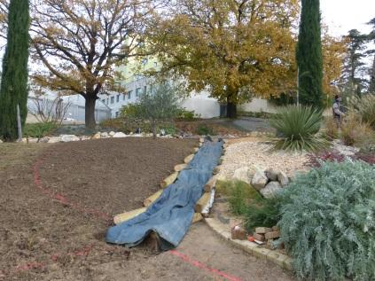 Mise en place du bâche de protection sur l'ouvrage pour travailler sur la zone à planter à gauche